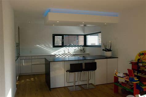 küchenbeleuchtung arbeitsplatte k 252 che magnolia rot