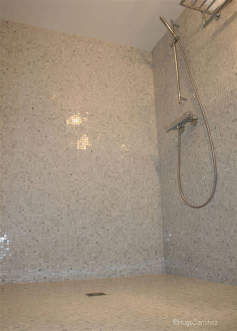 doorless curbless tile shower with river rock floor and curbless mosaic shower c 233 ramiques hugo sanchez inc