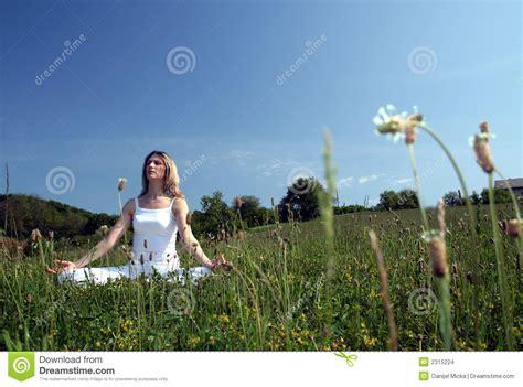 Imagenes De Yoga Al Aire Libre   yoga al aire libre imagenes de archivo imagen 2315224