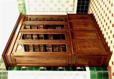 bücherschrank massivholz b 252 cherschrank massivholz im nussbaumton mit glast 252 ren