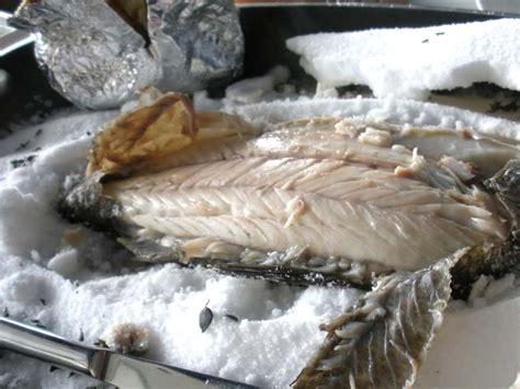 come cucinare la spigola al sale branzino o spigola al sale ricetta tradizionale