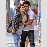 Selena Gomez And Taylor Lautner Kissing | 435 x 580 jpeg 55kB