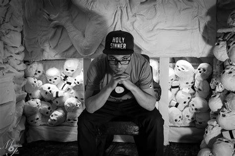 scrivere testi rap scrivere in piedi che anticipa l omonimo album di