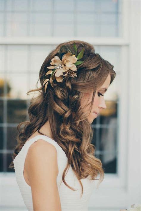 Brautfrisur Offen Mit Blumen by Brautfrisur Halboffen Kommen Sie Mit Stil Unter Die Haube