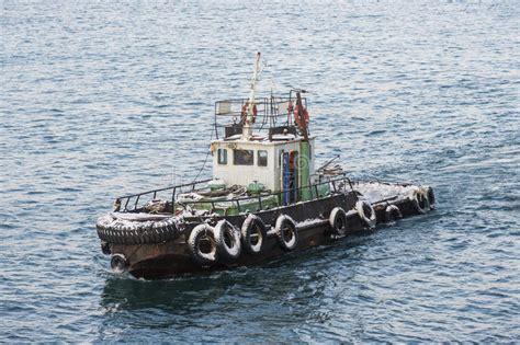 krachtigste sleepboot krachtige sleepboot in de winter op witte achtergrond