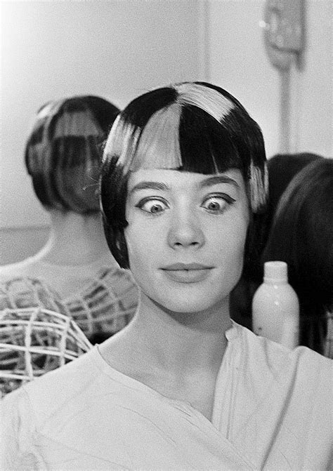 francoise hardy est elle decedee 1965 la chanteuse fran 231 oise hardy chez son coiffeur