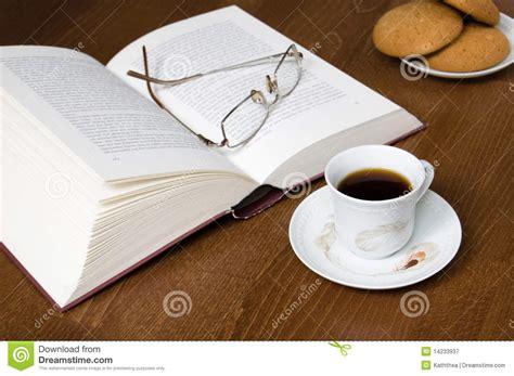 libro en cafe de la taza de caf 233 de galletas de libro viejo y de vidrios fotograf 237 a de archivo libre de regal 237 as