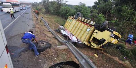 Truck Pasir Sedang muatan bawang terguling di tol cengkareng merdeka