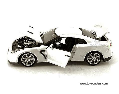 Diecast Mobil Burago Nissan Gt R White 1 18 2009 nissan gtr top by bburago 1 18 scale