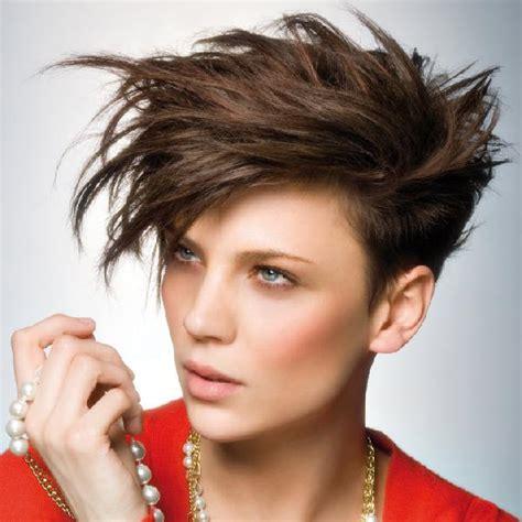 coupe de cheveux femme court sur les cotes dessus