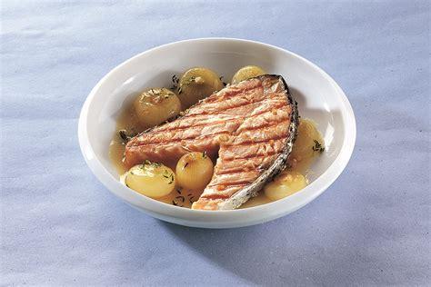 cucinare i tranci di salmone salmone in tranci alla griglia con cipolle brasate