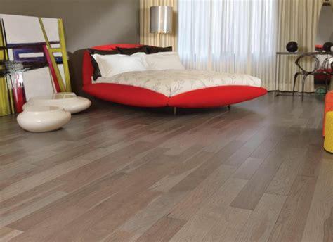 Machen Sie Ein Kleines Schlafzimmer Größer Aussehen by Bodenbelag Aus Massivholz
