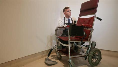 cientifico en silla de ruedas stephen hawking subastar 225 n tesis doctoral y silla de