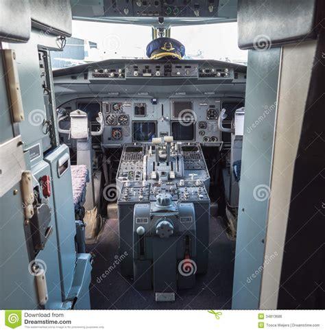 cabina di pilotaggio di un aereo cabina di pilotaggio di un aereo di linea d annata