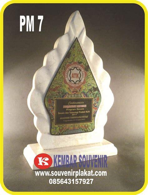Plakat Akrilik Fiberglass Piramida 1 harga plakat wisuda plakat marmer pualam