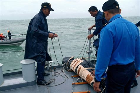 airasia victims airasia update two large objects found bodies of 30