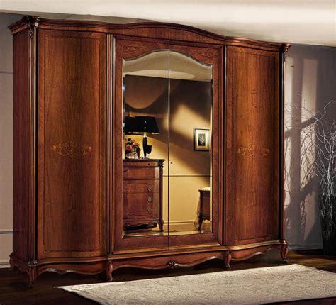 armadio di armadio in legno con ante curve in stile classico di