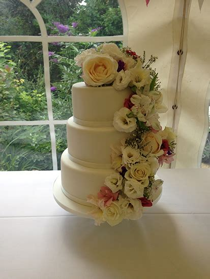 Wedding Cake Yeovil by Cakes By Shellyanne Wedding Cakes In Yeovil Taunton And