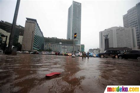 foto kawasan mh thamrin bundaran  terendam banjir