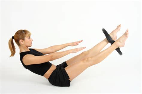attrezzo per tonificare interno coscia esercizi con il pilates ring per rassodare gambe e parte