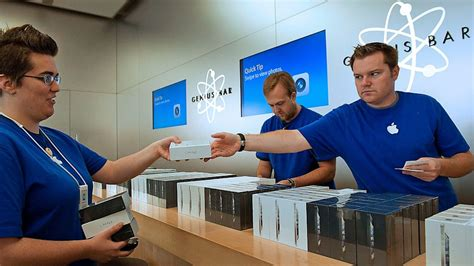 apple employee former retail workers in new york and california sue apple