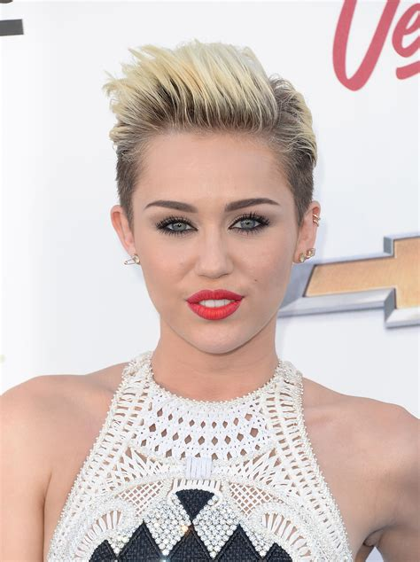 how to style miley cyrus hairstyle pixie haircut 12 ways to style the cut stylecaster