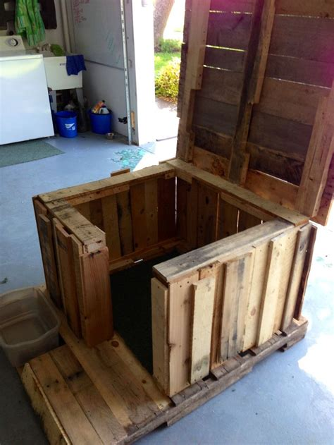 hinged roof dog house pallet dog house 3 crafts i ve made pinterest tops the roof and ducks