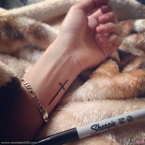左手小臂上的简单线条的十字架纹身图案