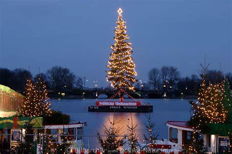 weihnachtsbaum alster weihnachtsbaum in alsterwasser foto tannenbaum lichter in hamburg d 228 mmerung vor lombardsbr 252 cke