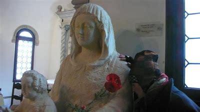 accendo una candela alla madonna papavero di co venezia chiesa della madonna dell orto
