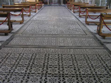 pavimenti geometrici il pavimento a marmi intarsiati con motivi geometrici e