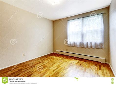 devanna beige floor imagenes wall small empty basement room with hardwood floor and beige walls stock photo image 74187368