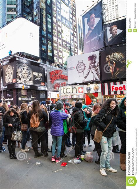 new york city wedding wait time concert fans times square nyc editorial stock photo image 53575618