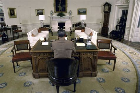 obama resolute desk president ronald sitting at the resolute desk in the oval office in 1987 president jimmy