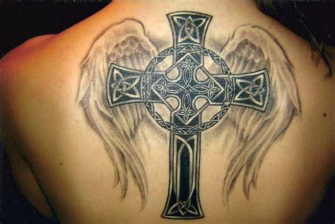 крест с крыльями на спине фото татуировок