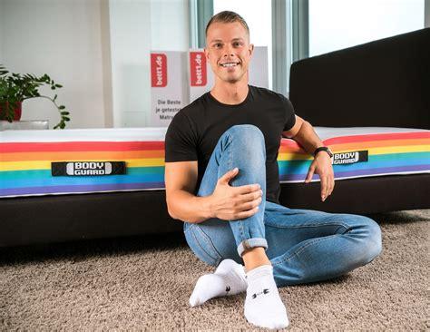 adam szpyt matratzen bett1 de wird mitglied im b 252 ndnis gegen homophobie lsvd