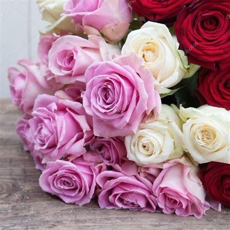 imagenes de rosas blancas y rosadas ramo de rosa con rosas rosadas blancas y rojas foto de