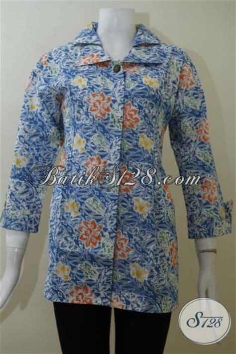 Desain Baju Batik Untuk Orang Tua | blus batik biru motif bunga bunga dengan desain mewah