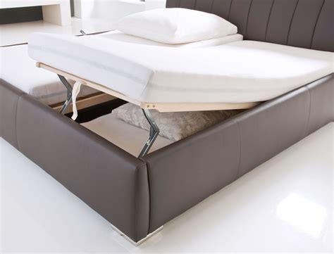 bett 180x200 weiß mit schubladen dunkles wohnzimmer