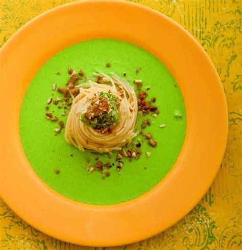 ricette sedano verde spaghetti al pesto verde di sedano e nocciole cucina