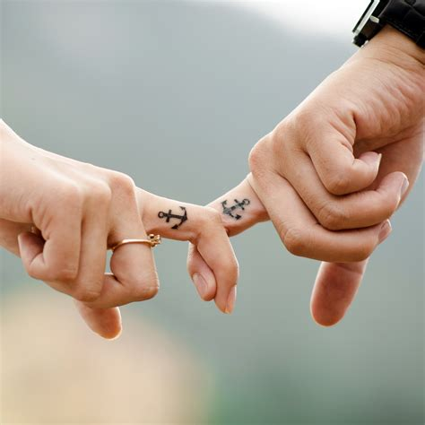 Wallpaper Couple Hands | couple holding fingers ipad wallpaper