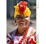Mujer Joven Con Ropa T&237pica En La Habana Imagen Editorial