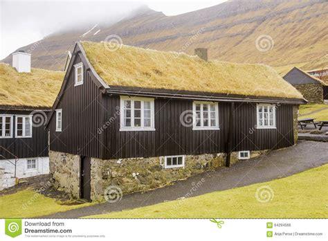 haus aus streichhölzern gras dach haus stockfoto bild 64294566