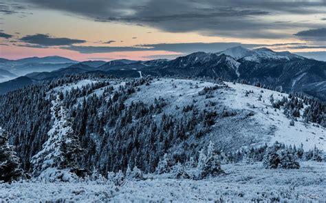 tenda montagna in tenda sulla neve tra le delle montagne e le