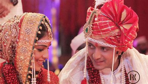 7 Best Candid Couple Poses From Real Indian Weddings You