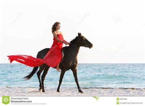 imagenes mujeres en el mar mujer feliz con el caballo en fondo del mar imagen de