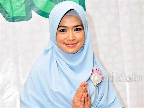 Jilbab Syari Yulia Rachman cantik dengan syar i ala yulia rachman