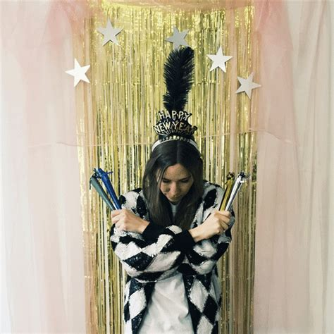 how to create a new years eve audrey hepburn glamorous new year s eve diy decorations how to make a photo booth