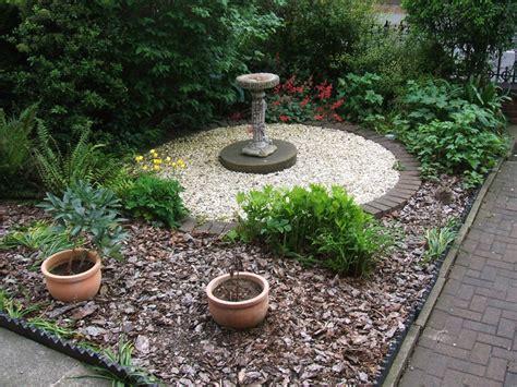 garden using 20mm flint and bark jpg 800 215 600 pixels