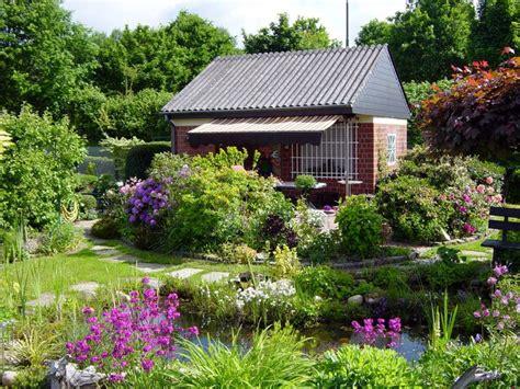 schreber garten ein farbenfroher schrebergarten garden cottages